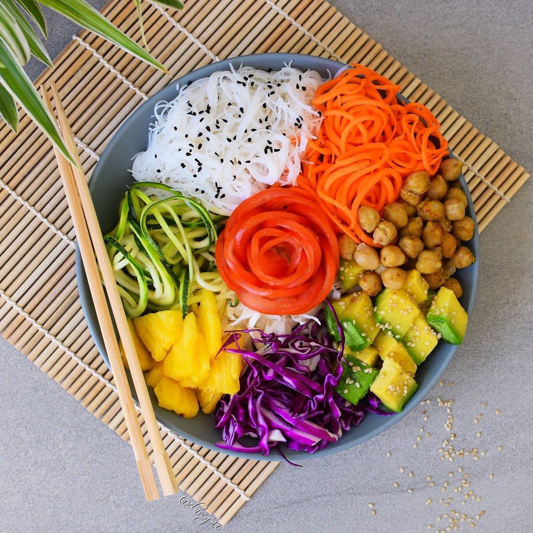 Veganer Salat mit Kichererbsen und Reisnudeln
