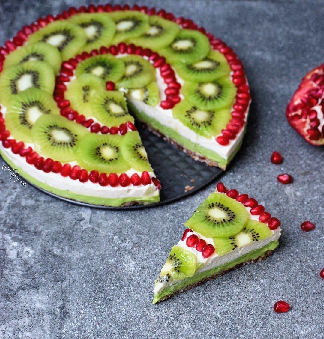 Fruchtiger Kuchen mit Avocado und Cashews. Dekoriert mit Kiwi und Granatapfelkernen