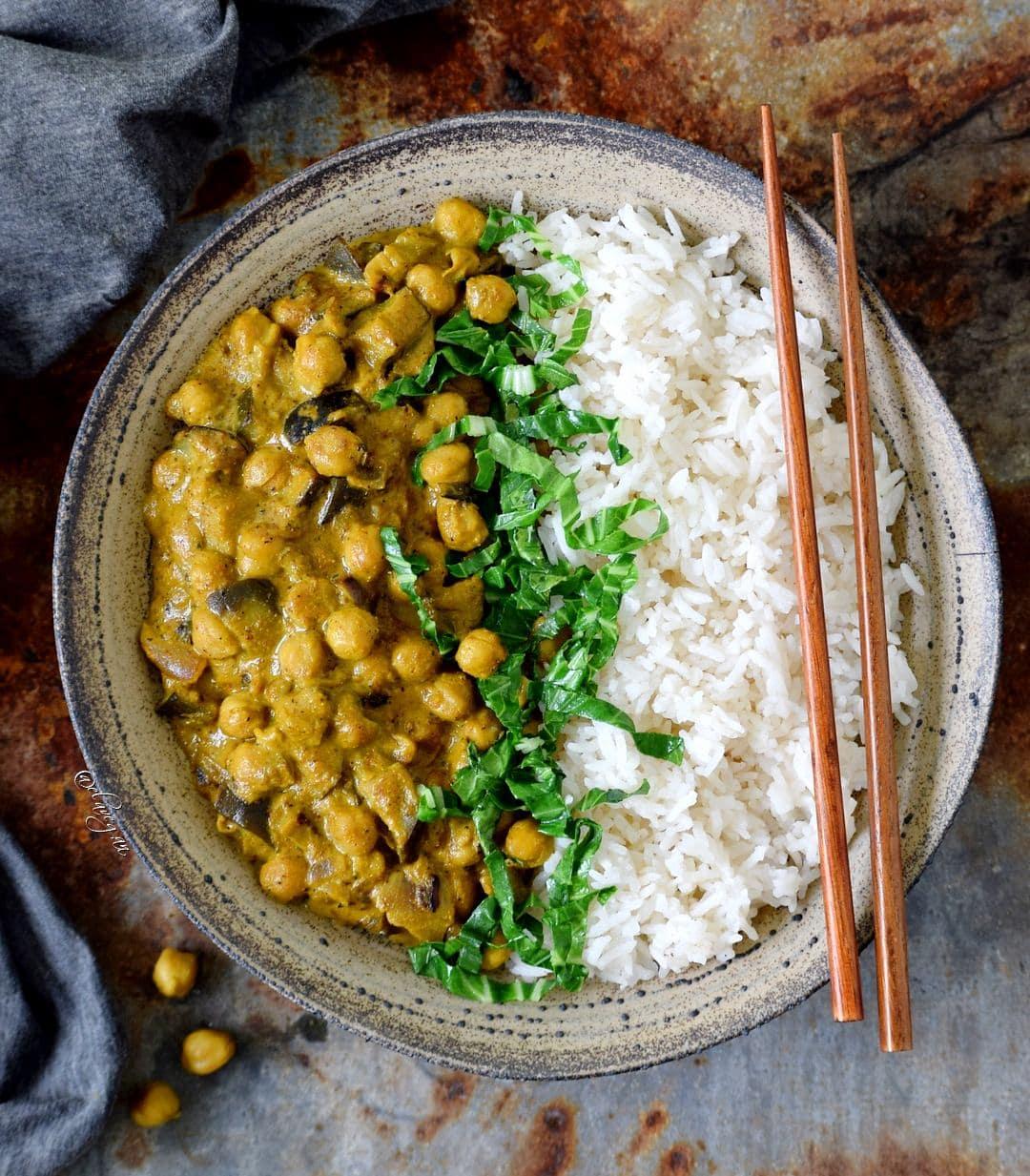Kichererbsen Curry mit Spinat, Aubergine und Reis. Rezept ist vegan, glutenfrei, ölfrei und einfach.
