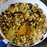 Kichererbsen Curry mit Auberginen und Gewuerzen in Pfanne