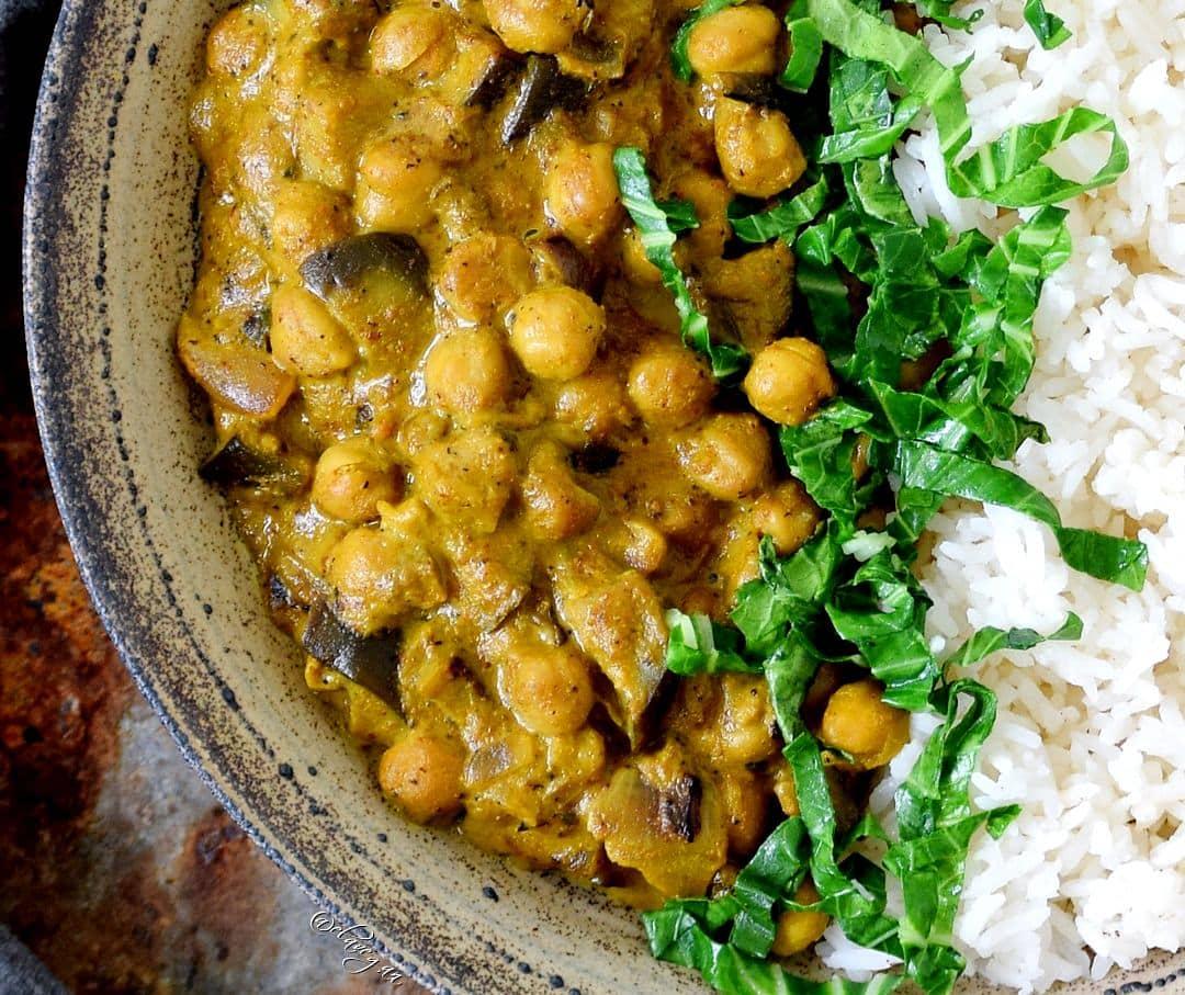 Vegetarisches Abendessen mit Reis, Aubergine, Hülsenfrüchten und Spinat