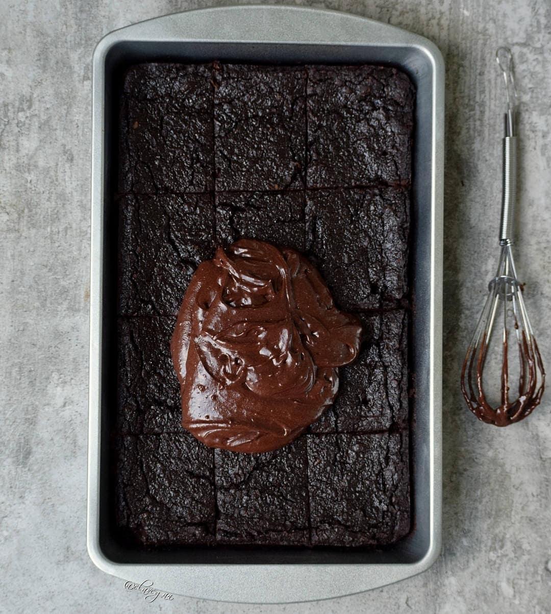 die besten brownies vegan, glutenfrei mit einer Schokoladenglasur