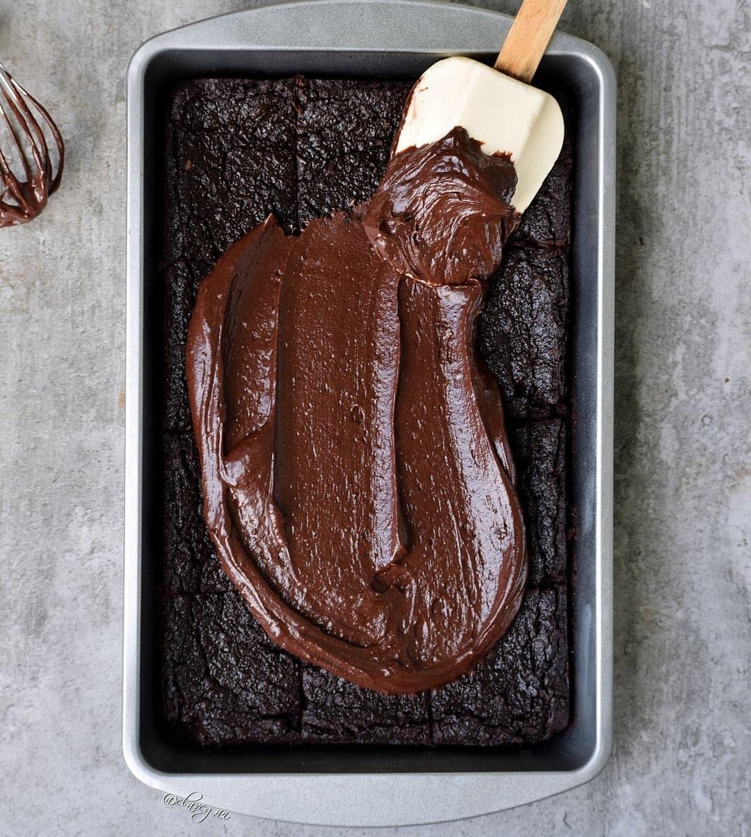die besten brownies vegan, glutenfrei, gesund mit einer cremigen schokoladenglasur