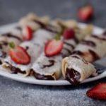 Crepes vegan, glutenfrei und fettarm gefüllt mit einer Schokoladencreme und Erdbeeren - einfaches Pfannkuchen Rezept