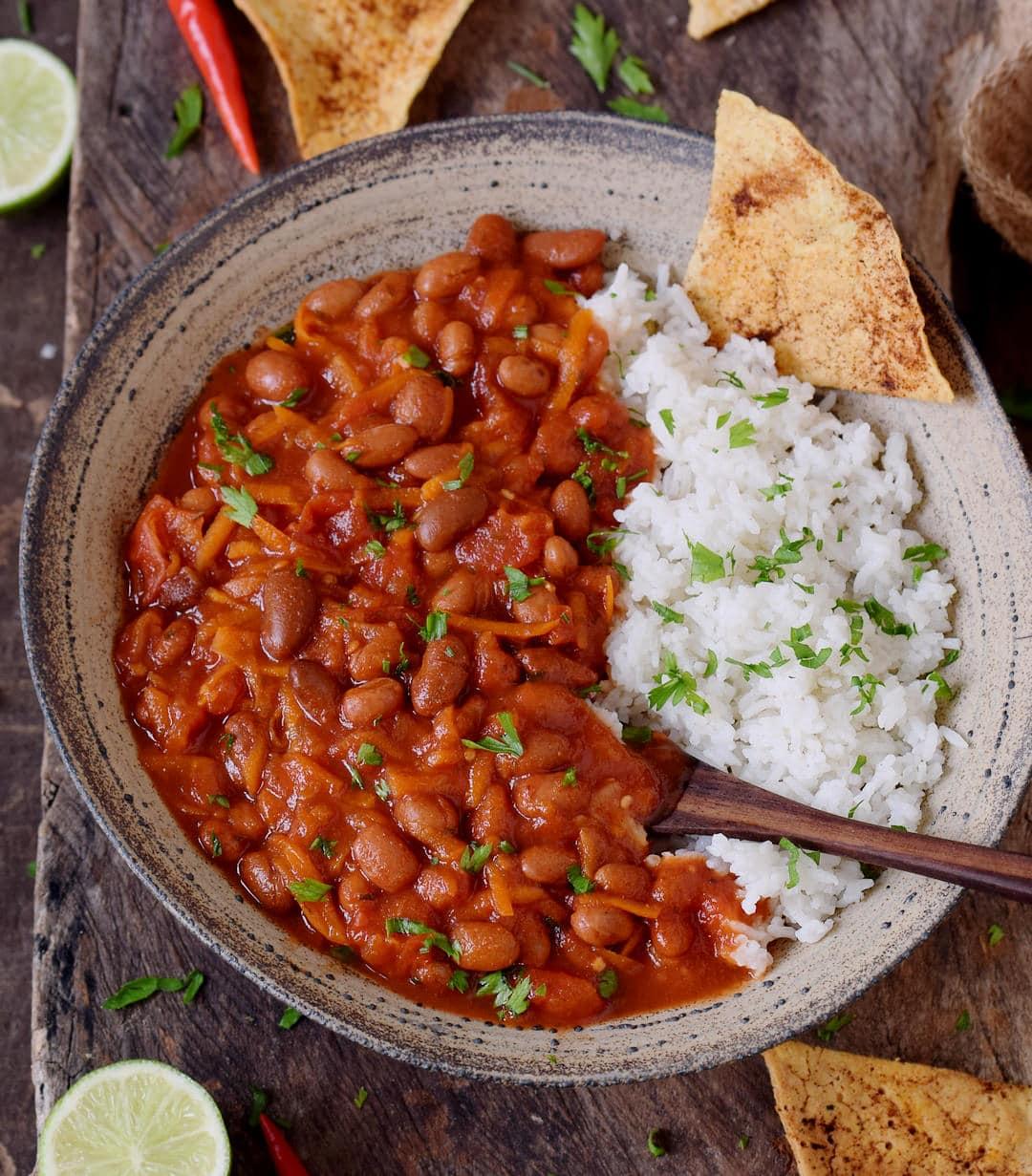 Gesundes veganes Abendessen mit Bohnen, Reis und Tortilla Chips