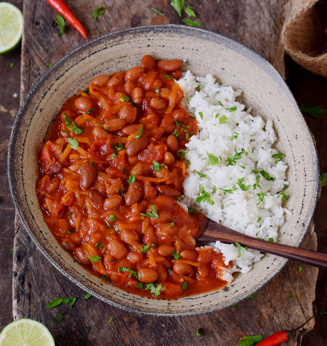 Chili sin carne mit Reis in einer Schüssel.