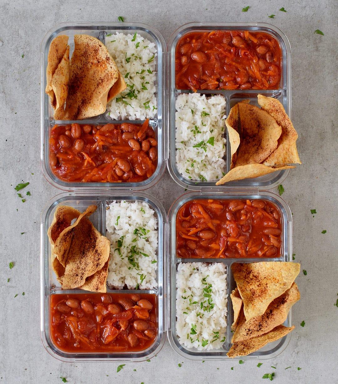 Mahlzeitenvorbereitung mit Reis, Bohnen und Tortilla Chips