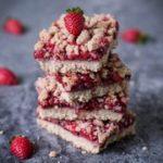 Erdbeer Streuselkuchen der lecker schmeckt. Dieses Rezept ist vegan, glutenfrei, fettarm, frei von raffiniertem Zucker, rein pflanzlich, gesund und einfach zu machen