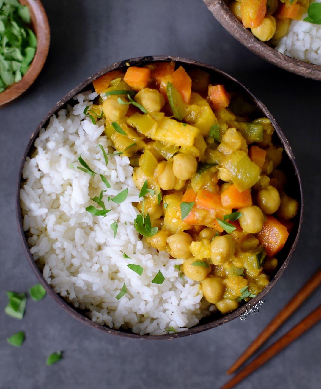 Gemüse Curry Rezept mit Ananas und Kichererbsen. Das Curry ist vegan, glutenfrei, gesund, ölfrei und einfach zu machen