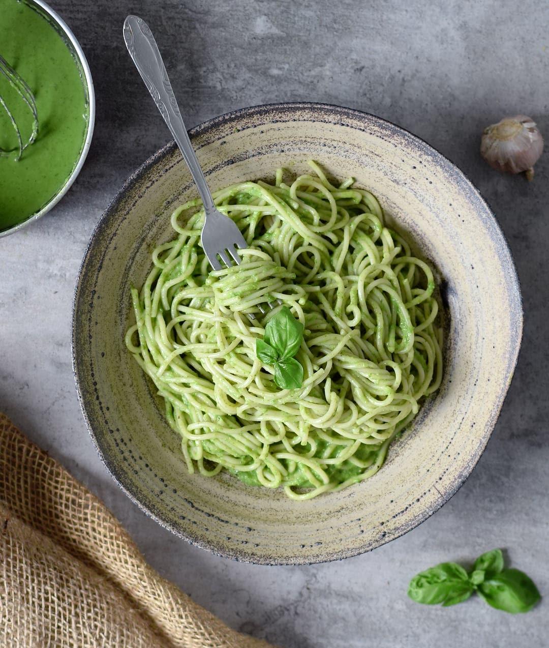 Spaghetti mit cremiger veganer Spinat Sauce und Basilikum
