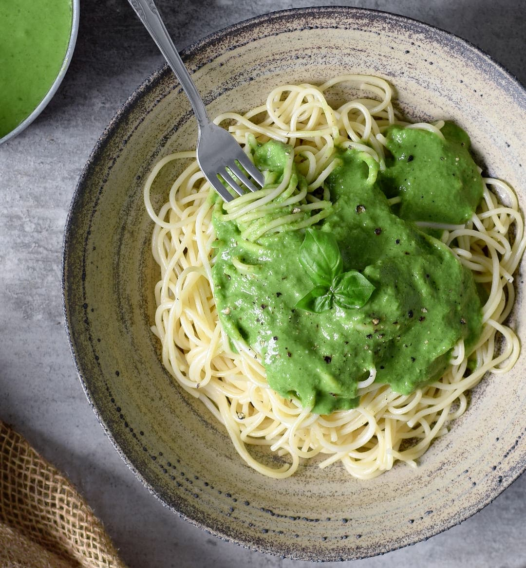 Spaghetti mit cremiger grüner gesunder Soße