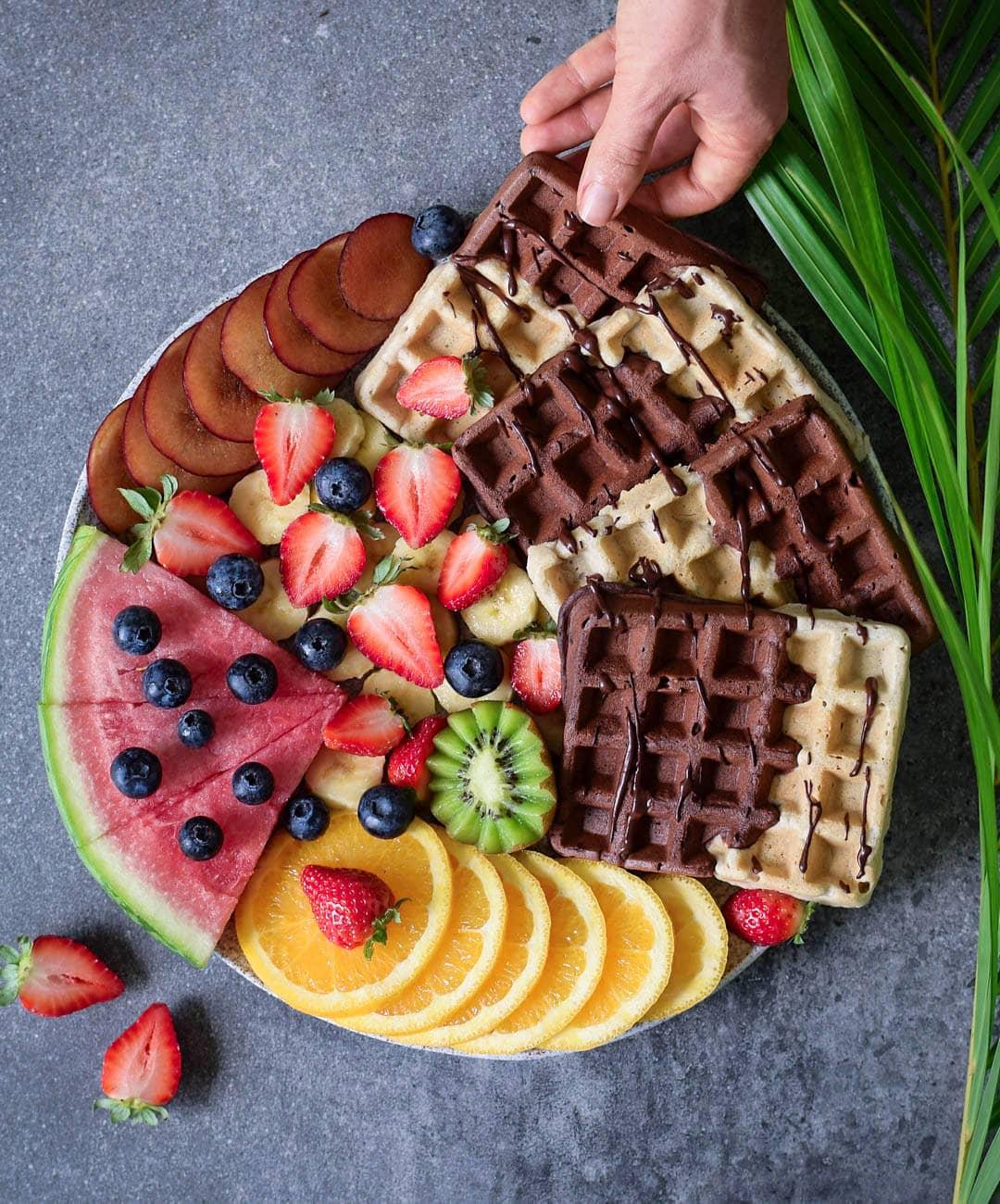 Vegane Waffeln mit Schokolade und Früchten. Das Rezept ist vegan, glutenfrei, pflanzlich, fettarm, milchfrei, eifrei und einfach zu machen