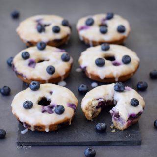 Vegane Donuts mit Blaubeeren und einer Zitronenglasur. Diese Heidelbeer Donuts sind vegan, pflanzlich, glutenfrei, fettarm, zuckerfrei, gesund und lecker!