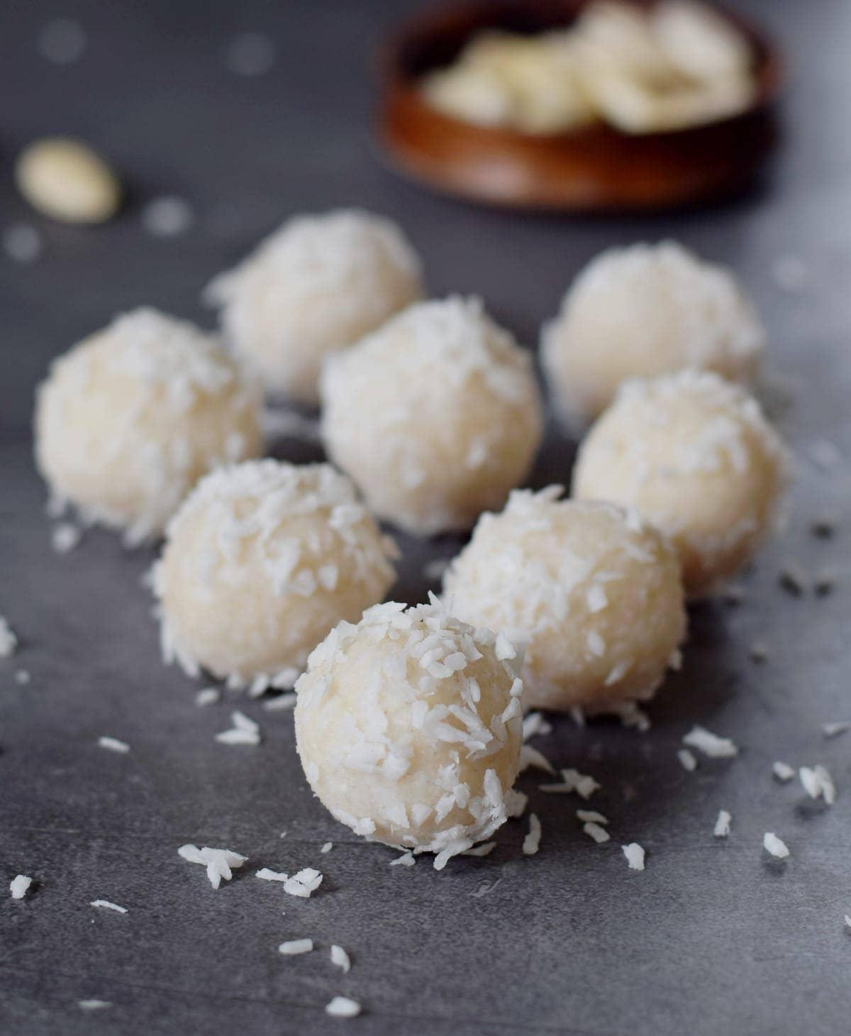 8 Kokosbällchen auf grauem Hintergrund