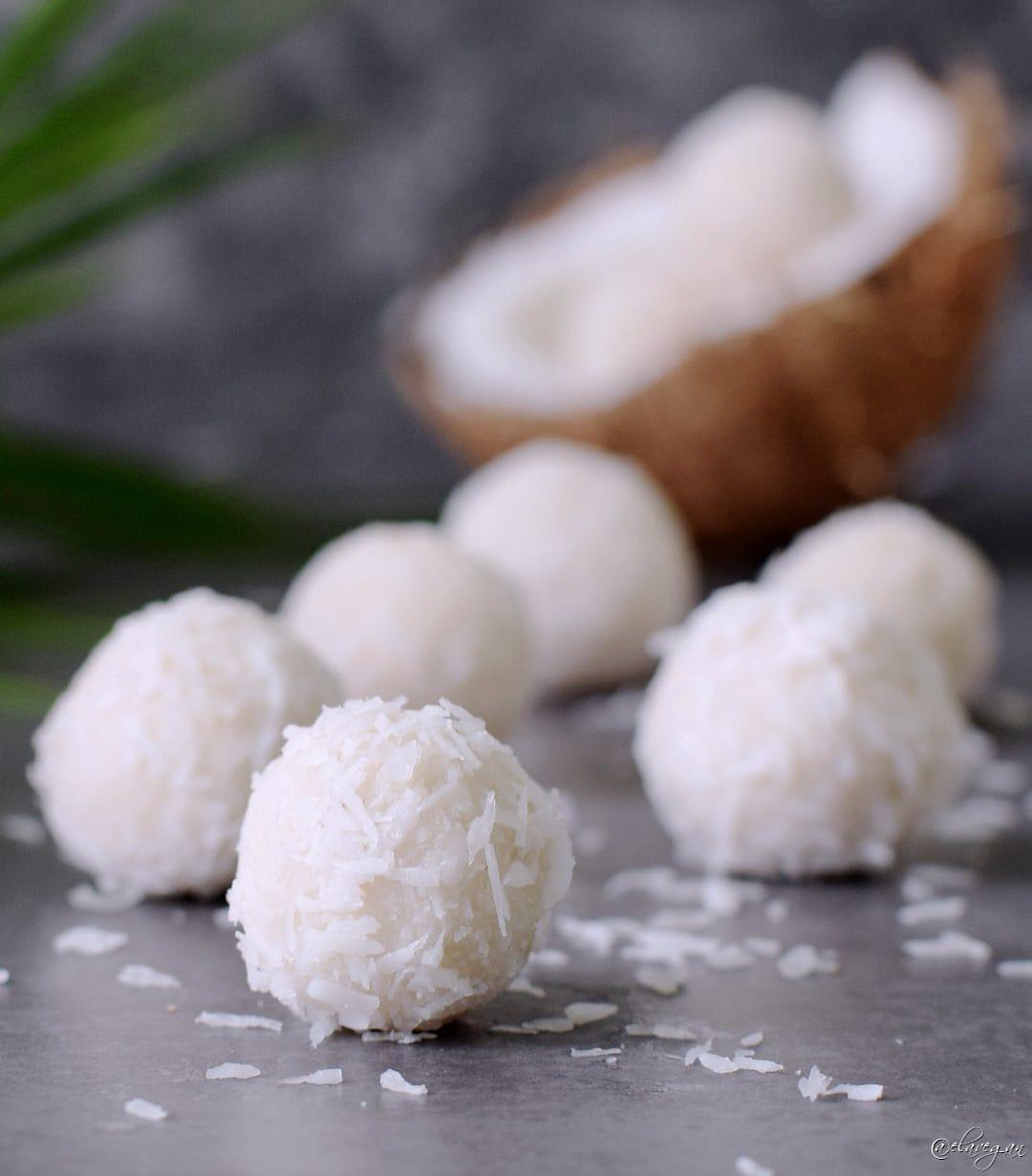 Kokosbällchen mit nur 3 Zutaten. Das Rezept ist vegan, glutenfrei, gesund, paleo freundlich und einfach zu machen. Vegane Raffaello Pralinen, das perfekte Dessert für den Sommer