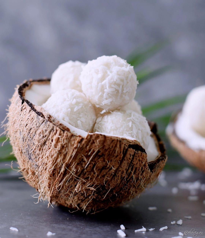 Kokosbällchen in einer Kokosnuss-Schale