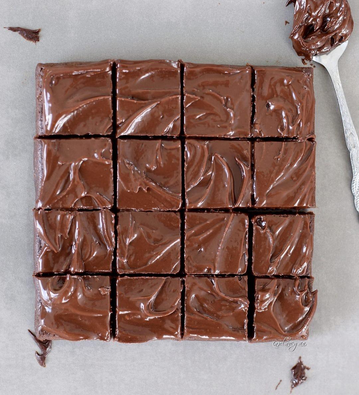 16 Gesunde roh vegane Brownies aus einfachen glutenfreien Zutaten mit Schokoladenglasur!