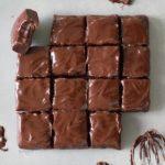 15 Rohkost Brownies mit Schokoglasur als Quadrate geschnitten