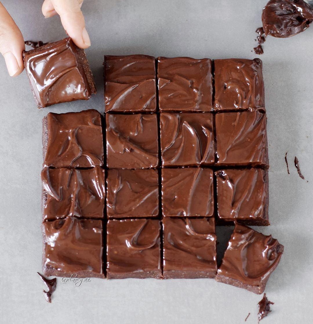 16 Rohkost Brownies mit veganer Schokoladenglasur! Glutenfreies Rezept mit nur 6 Zutaten!
