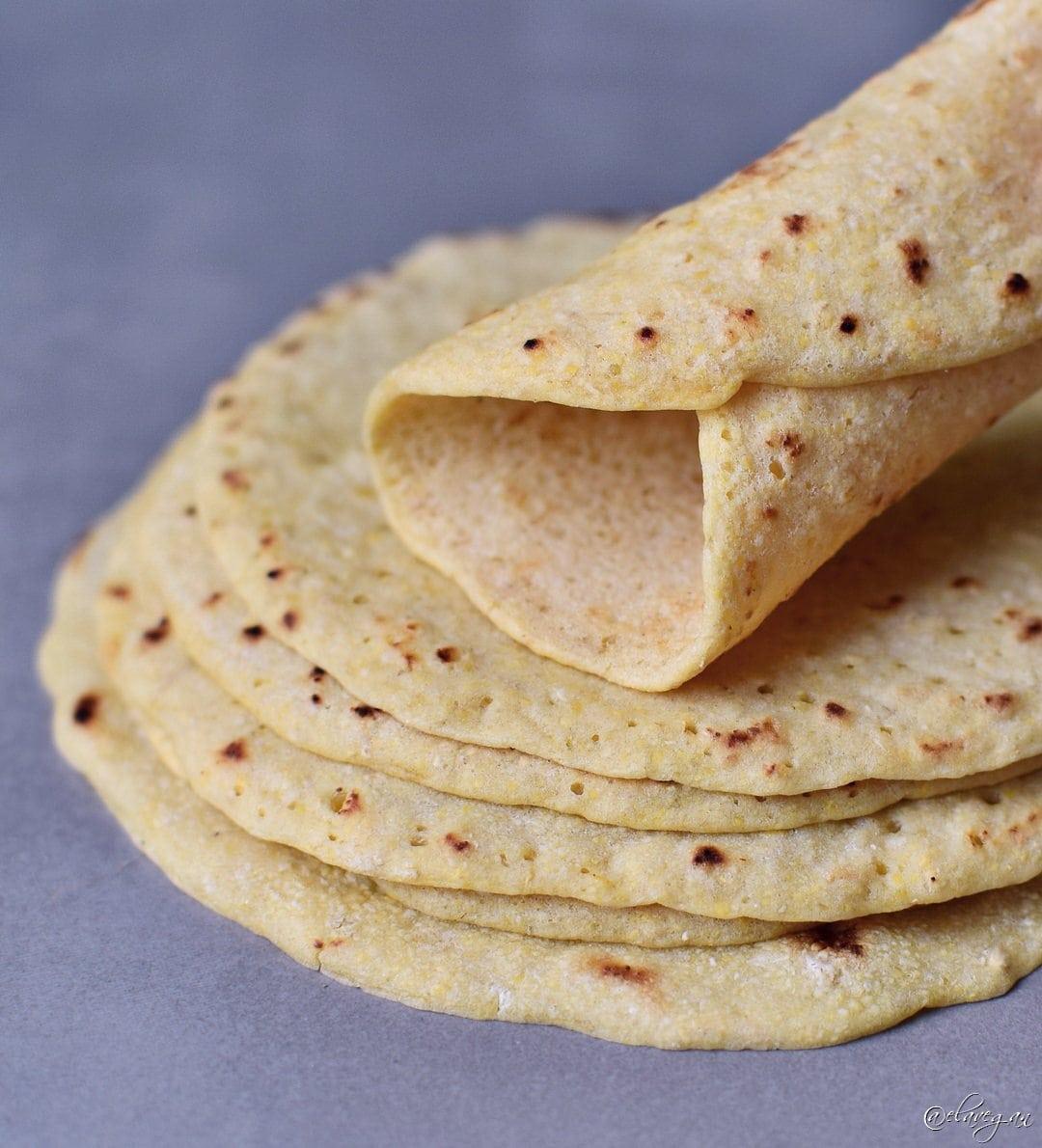 Glutenfreie selbstgemachte Tortillas als Stapel