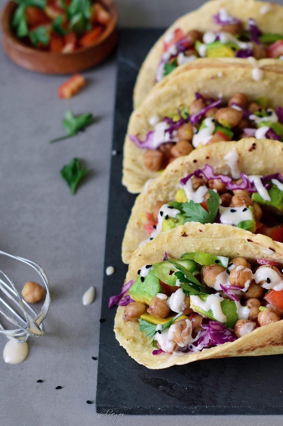 Gefüllte Tortillas mit Kichererbsen, veganem Dressing und Gemüse