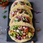 Vegane Tacos mit Kichererben, Avocado und Gemüse