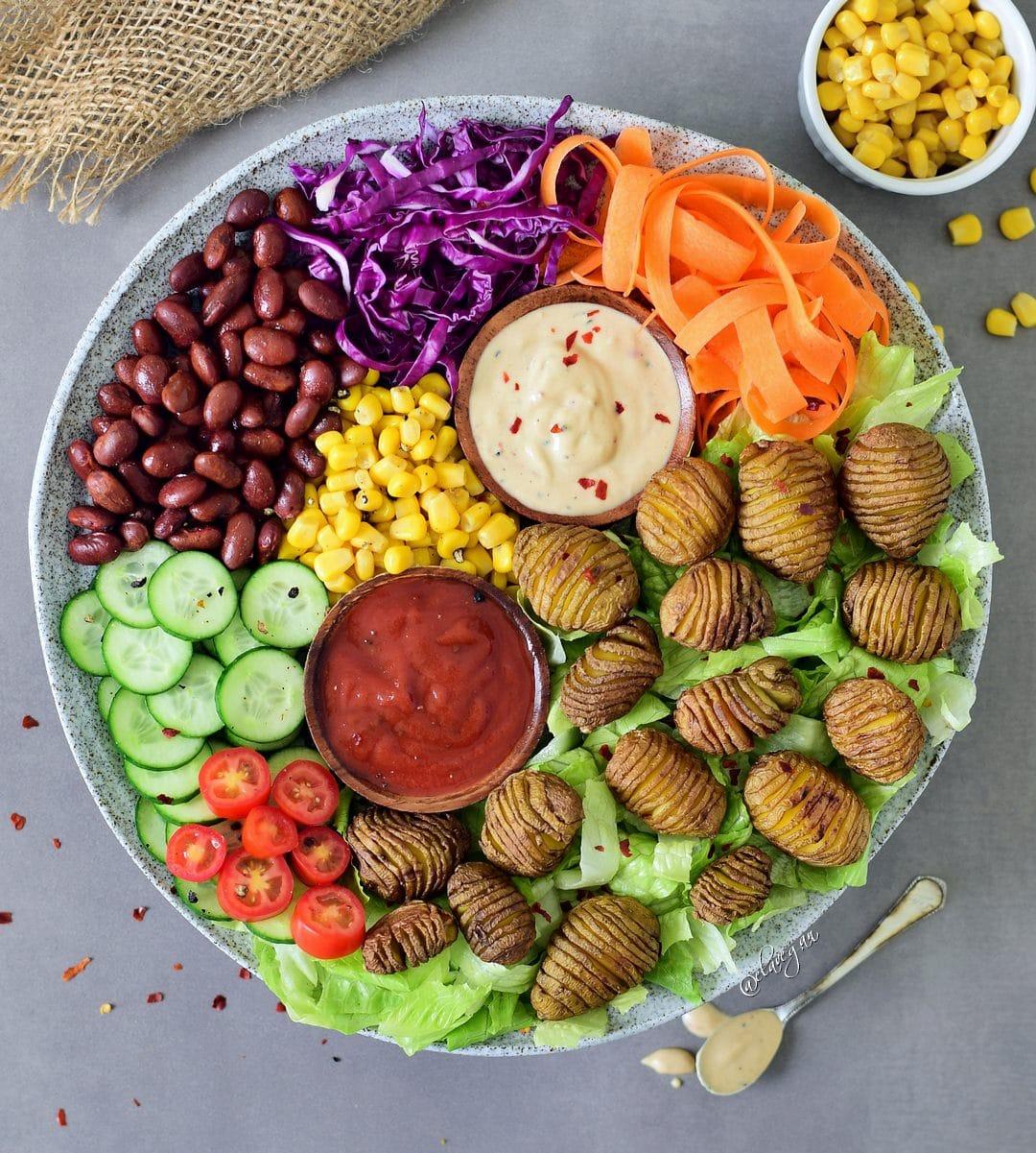 Bunter Salat mit Hasselback Kartoffeln und zwei verschiedenen leckeren Saucen (Tomatensoße und Tahinisoße). Dieser Salat ist nährstoffreich, vegan, glutenfrei, gesund, einfach zu machen, lecker und perfekt fürs Mittagessen
