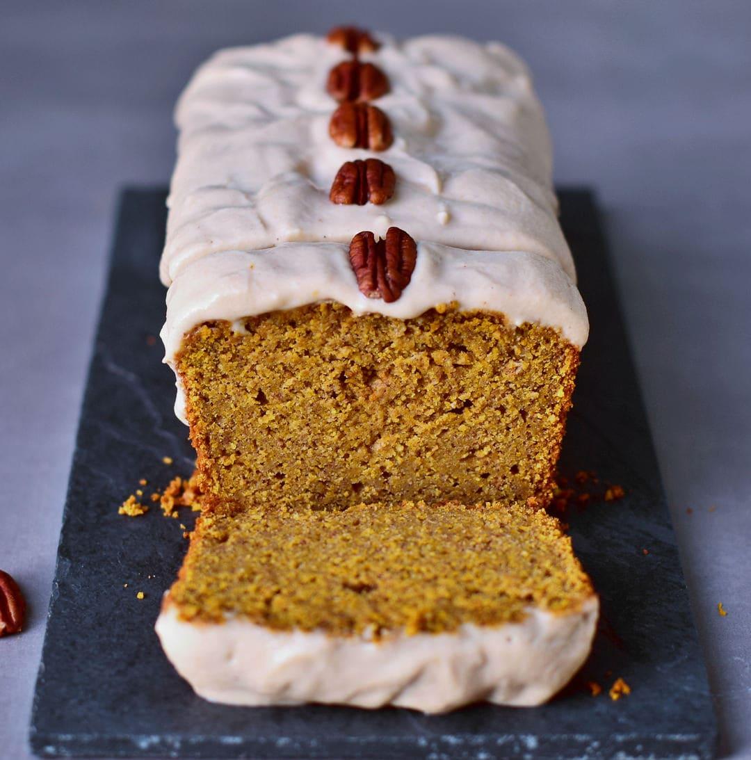 Kürbiskuchen mit einer fluffigen Cashew-Creme. Dieser leckere Kürbiskuchen ist vegan, glutenfrei, ölfrei, rein pflanzlich (eifrei, milchfrei), frei von raffiniertem Zucker und gesund. Nur 7 einfache Schritte werden benötigt, um diesen saftigen und leckeren veganen Kuchen zuzubereiten