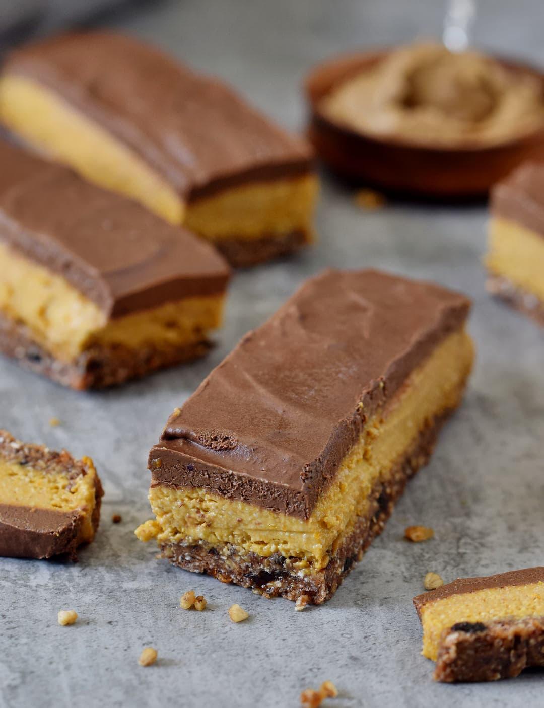 Gesunde vegane Kürbisschnitten mit einer glutenfreien Schokoladenglasur