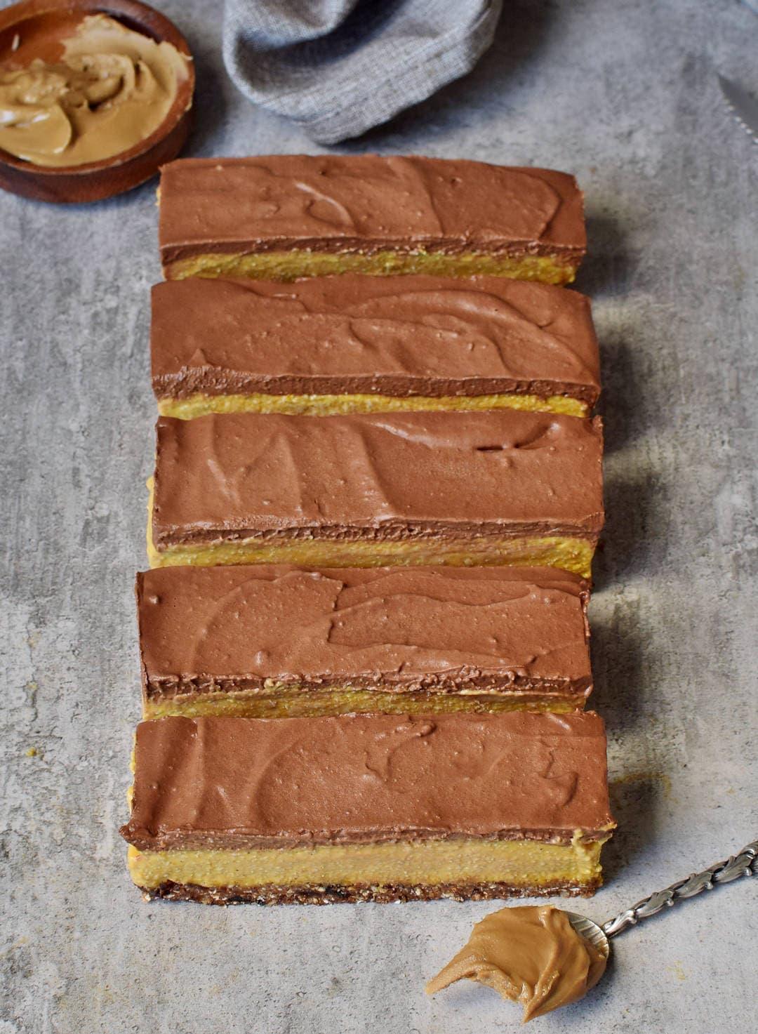 Gesunde vegane Kürbisschnitten ohne backen mit einer glutenfreien Schokoladenglasur (paleo)
