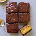 Kürbisschnitten mit leckerer Schokoladenglasur, ohne zu backen! Dieses süße Kürbiskuchen-Schokoladen-Rezept ist einfach zu machen, vegan, glutenfrei, paleofreundlich, gesund und frei von raffiniertem Zucker. Perfekter als Frühstück oder Dessert