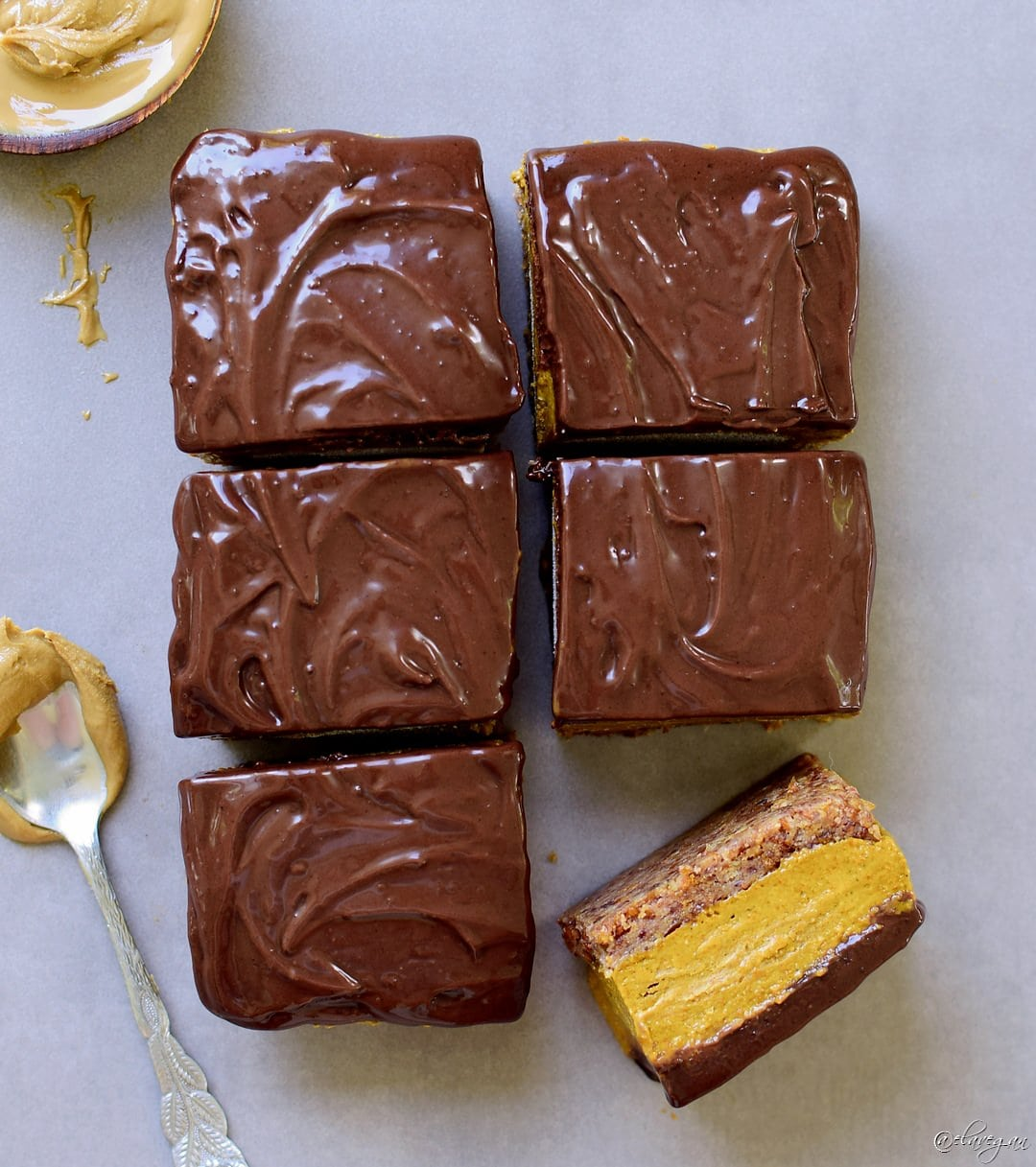 Kürbisschnitten mit leckerer Schokoladenglasur, ohne zu backen! Dieses süße Kürbiskuchen-Schokoladen-Rezept ist einfach zu machen, vegan, glutenfrei, paleofreundlich, gesund und frei von raffiniertem Zucker. Perfekt als Frühstück oder Dessert