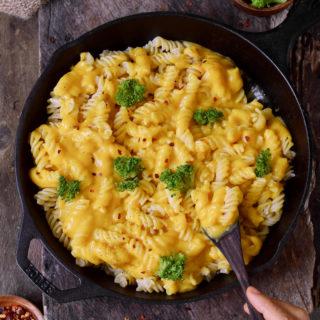 Vegan Mac and Cheese Käsesauce mit Nudeln in schwarzer Pfanne