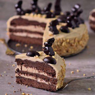 Erdnussbutter-Schokoladentorte zu Ostern! Diese Torte ist vegan, glutenfrei, frei von raffiniertem Zucker, eifrei und milchfrei und ausserdem super lecker.