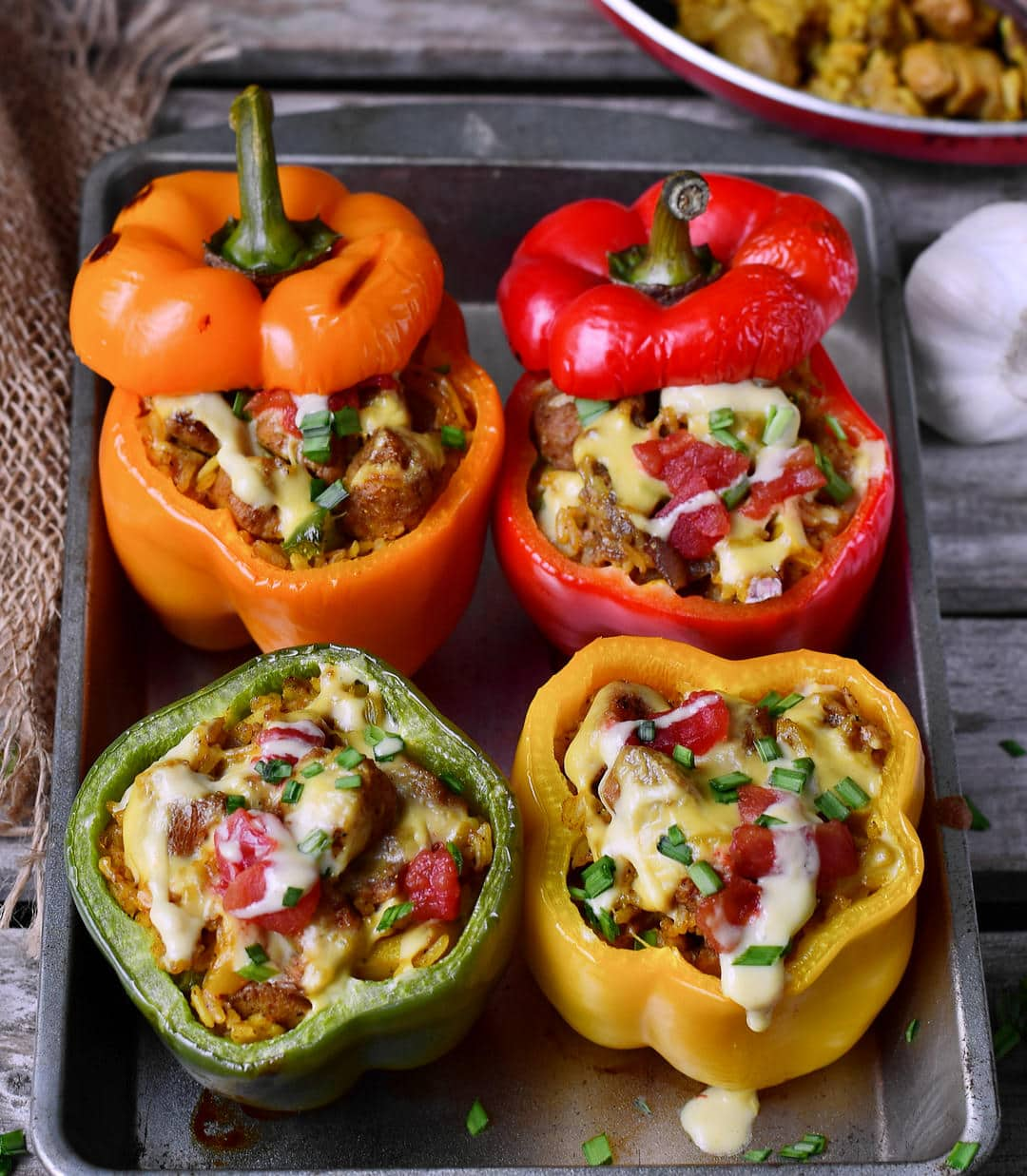 4 gefüllte Paprikas mit Reis, Gemüse und veganem Käse
