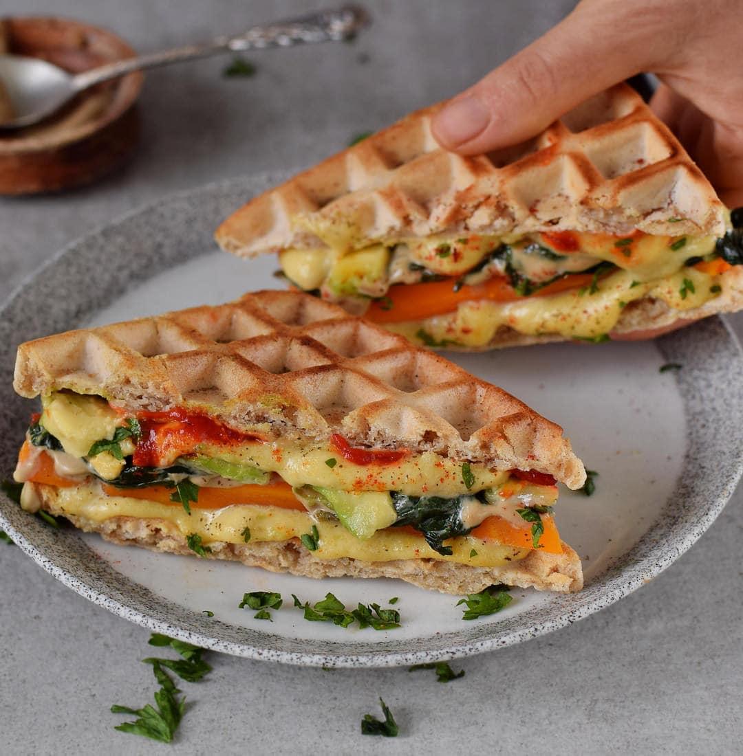 Glutenfreies Waffel Sandwich mit Spinat, Karotten. Dazu vegane Käsesauce