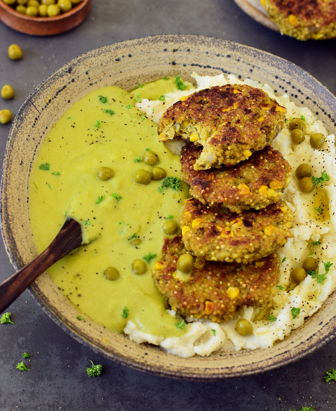 Hirsebratlinge mit einer cremigen Erbsensauce und Kartoffelpüree. Dieses Rezept ist vegan, gesund, glutenfrei, einfach zu machen und das perfekte Komfortessen. Die Bratlinge eignen sich gut als Mittag- oder Abendessen, aber sind auch perfekt für unterwegs