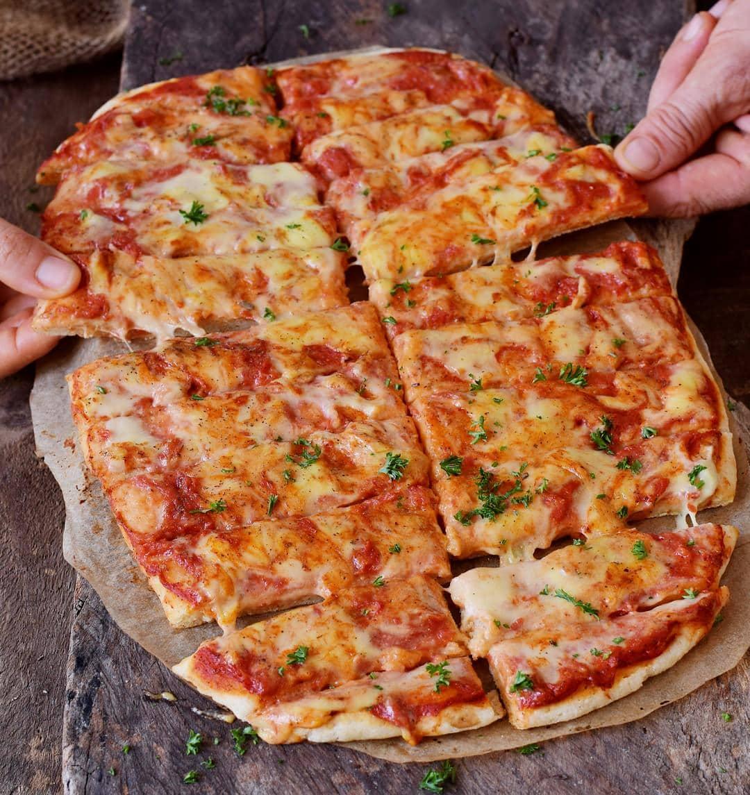 Pizza Stücken mit Tomatensauce. Vegane Käsesauce obendrauf!