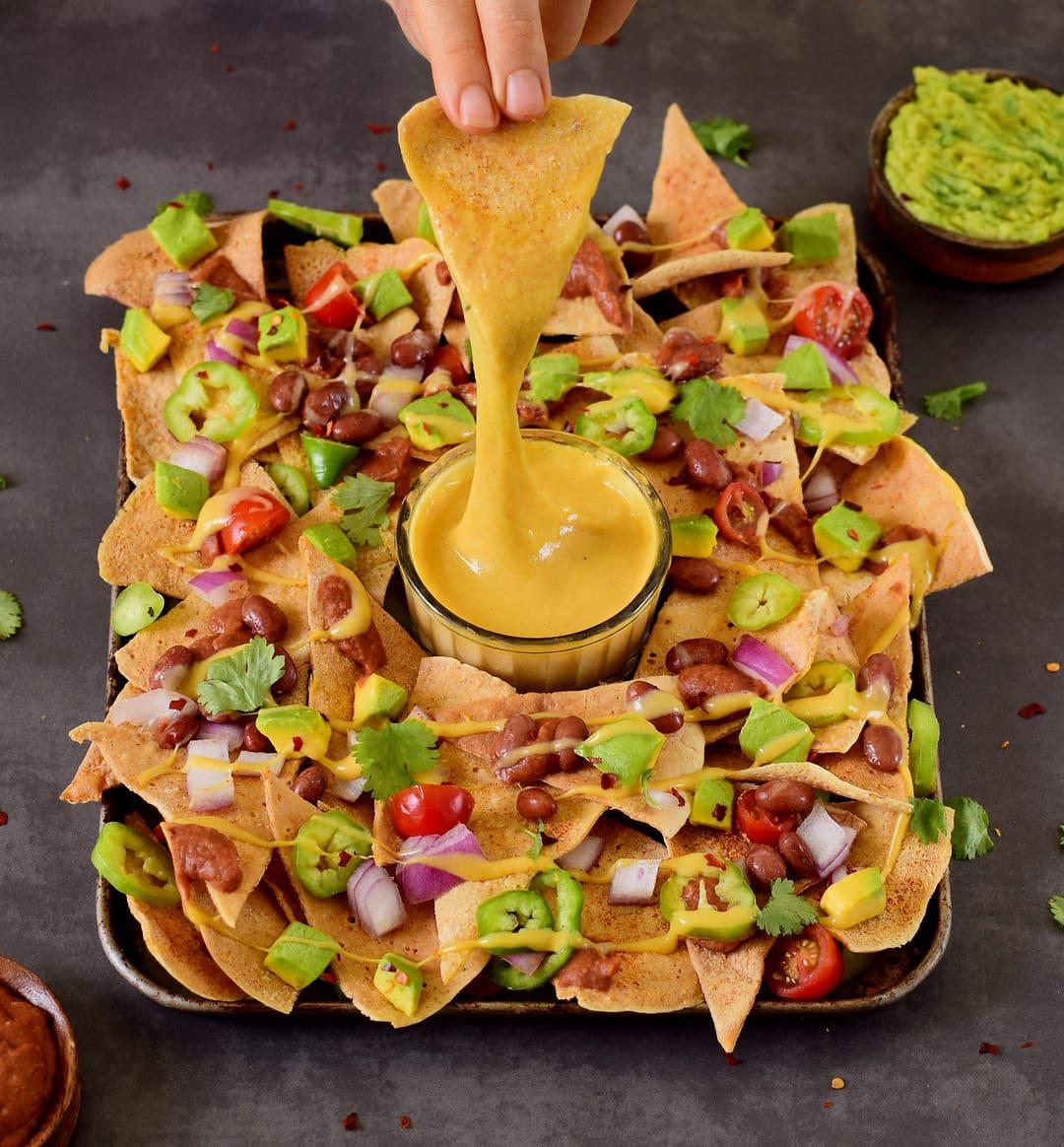 Vegane Käsesauce aus wenigen Zutaten. Die Sauce ist in nur 3 Minuten fertig! Für diese super einfache Sauce wird nicht einmal ein Mixer benötigt. Perfekt für Pizza, Nachos, Pasta, Mac and Cheese, Burger, Auflauf, Gemüse und weitere wohlschmeckende vegane Rezepte. Paleo-freundliches Rezept