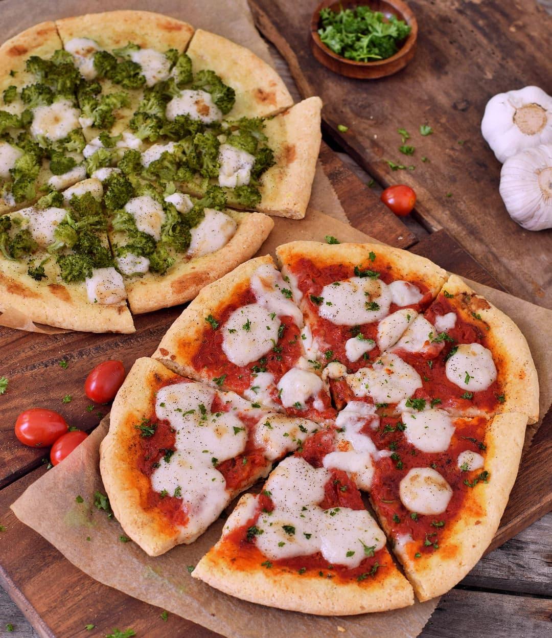 Glutenfreier Pizzateig! Pizza Margherita mit veganem Käse. Dieses Rezept eignet sich nicht nur für alle Arten von Pizza gut, sondern auch für Fladenbrot und Calzone. Pizzateig ohne Xanthan!