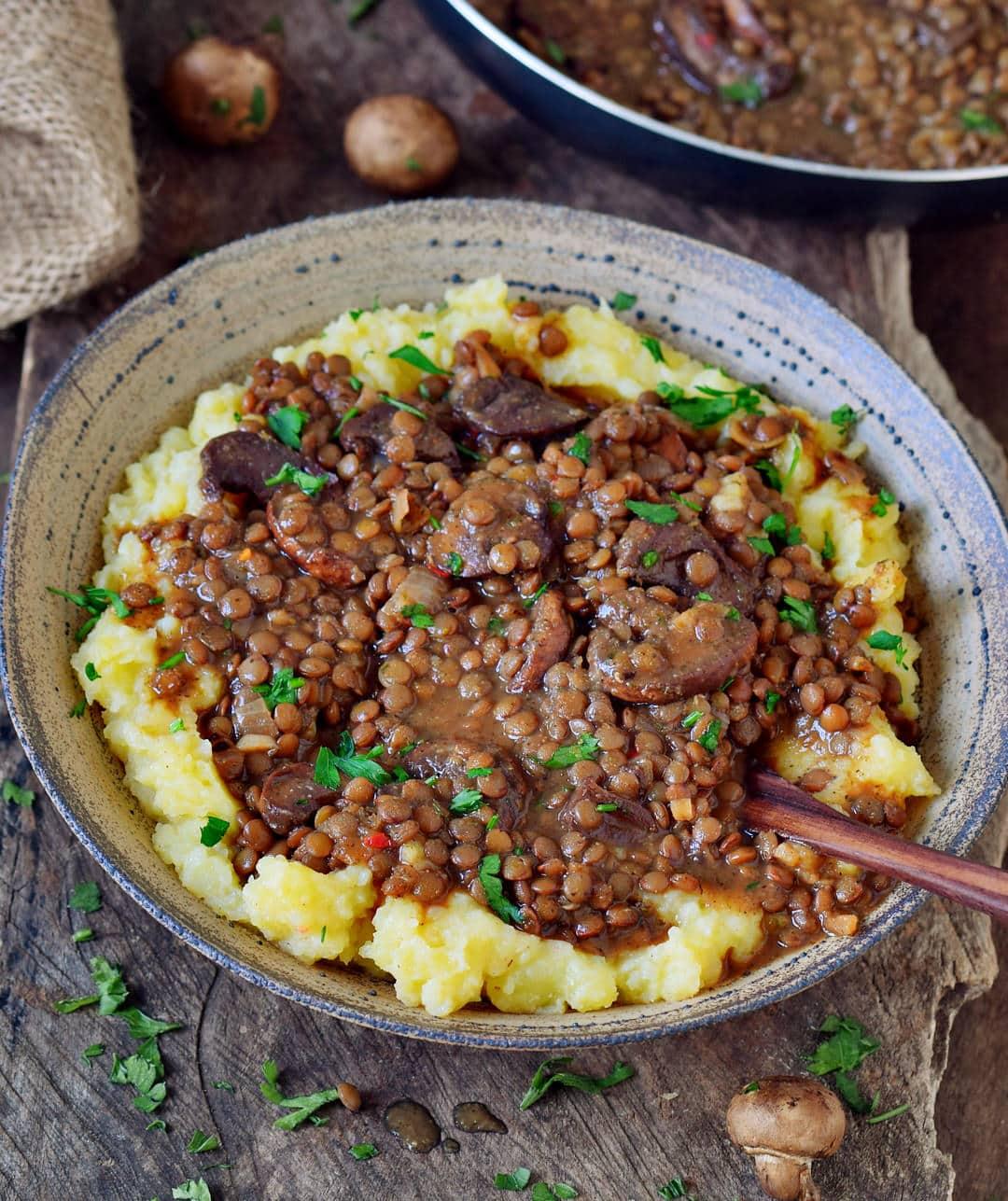 Linsenpfanne mit Kartoffelpüree. Dieses Rezept ist vegan, glutenfrei und getreidefrei und ein super Komfortessen. Du kannst dein Lieblingsgemüse dazugeben und dieses Gericht zum Mittag- oder Abendessen genießen.