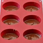 rote silikonform mit veganer schokocreme