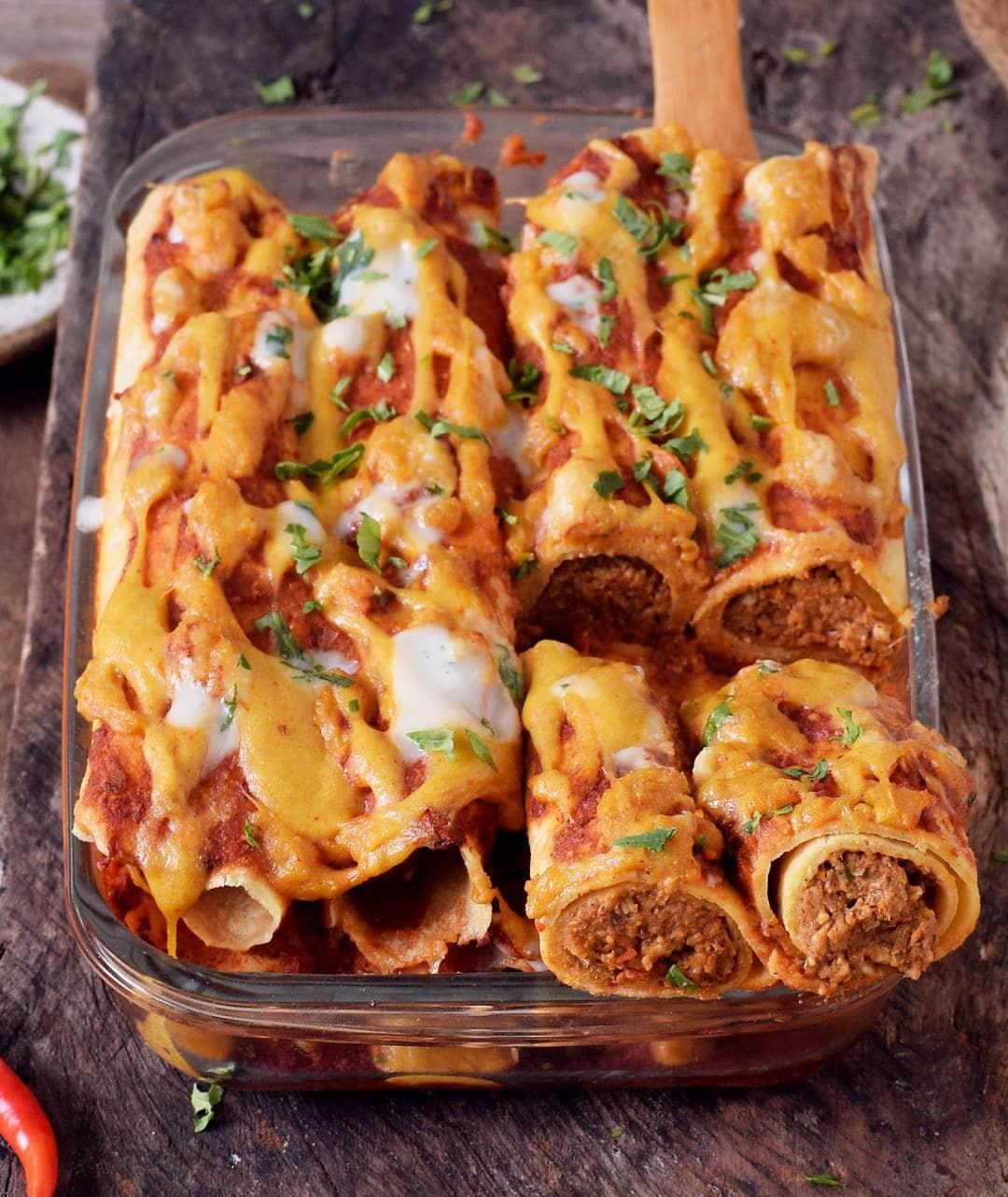 Gesunder veganer Enchilada-Auflauf aus Linsen