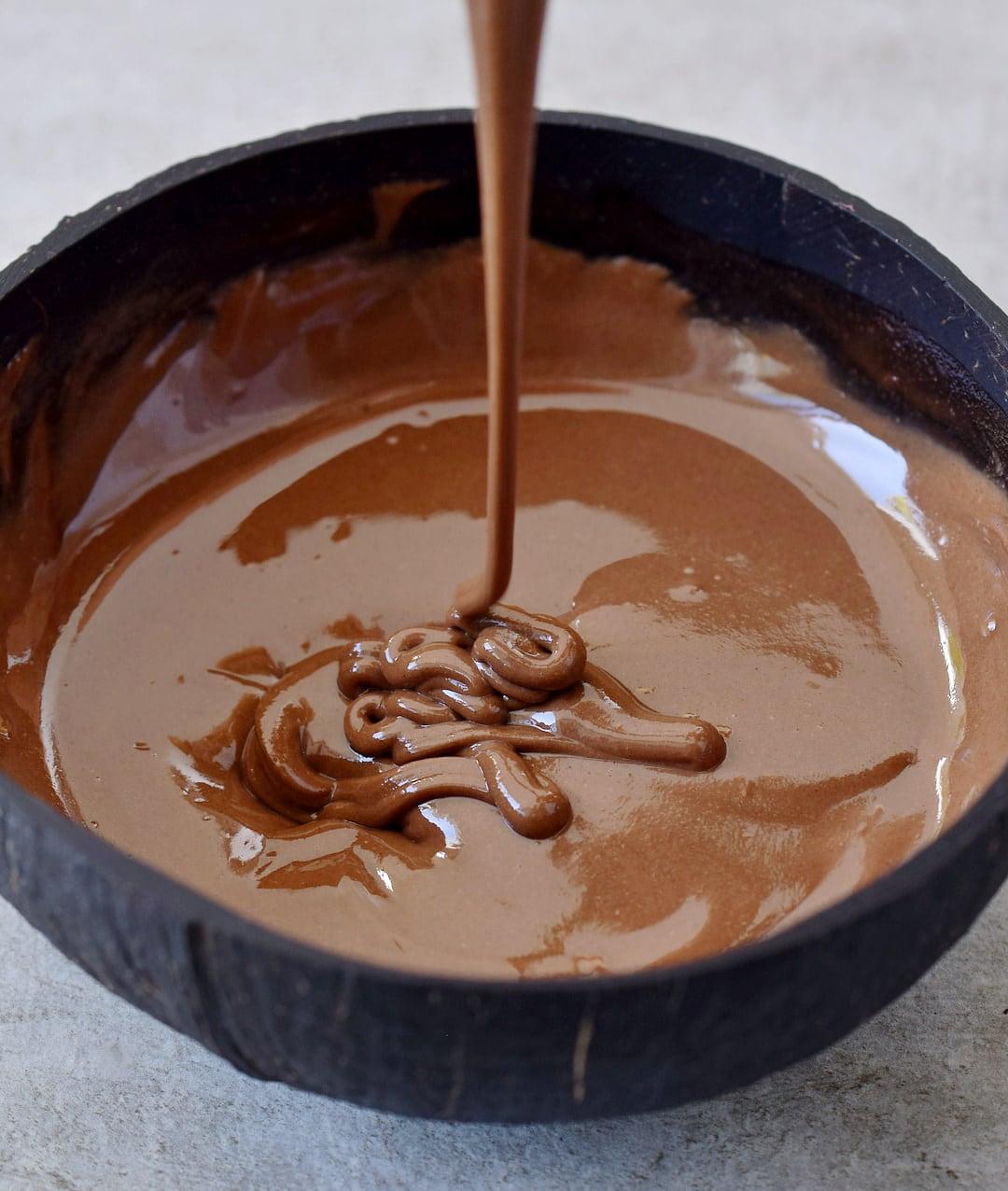 vegane schokoladencreme in brauner schale