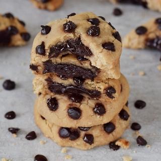 Leckere Kekse mit Schokoladenfüllung und Schokoladenchips. Das Rezept ist vegan, glutenfrei, proteinreich, getreidefrei und leicht zuzubereiten. Hauptzutat weiße Bohnen!