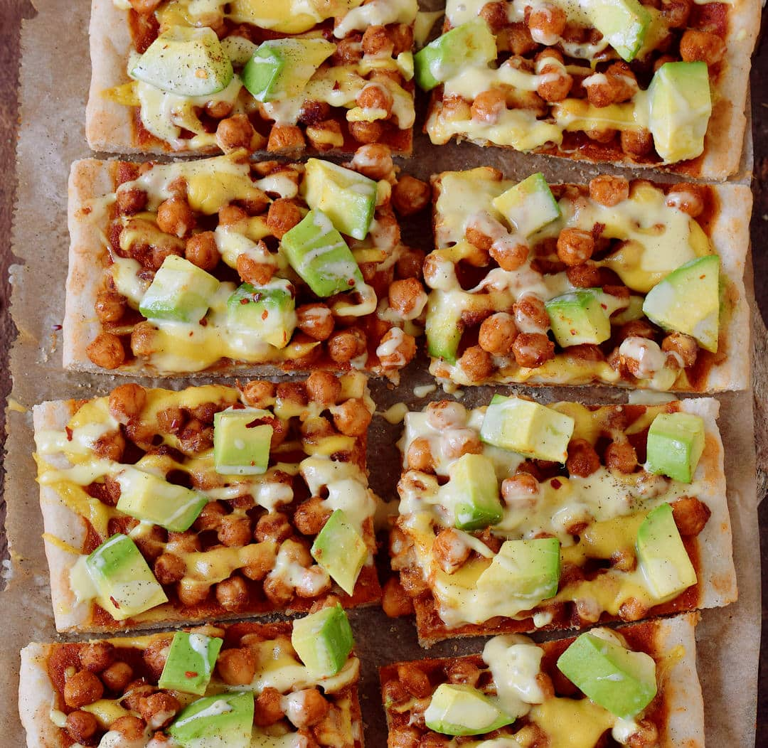 Kichererbsenpizza mit Avocado und veganem Käse! Diese Pizza ist glutenfrei, rein pflanzlich, enthält gesunde Proteine, Fette und Kohlenhydrate. Ein einfaches Rezept, ideal zum Mittag- oder Abendessen, besonders am Wochenende.