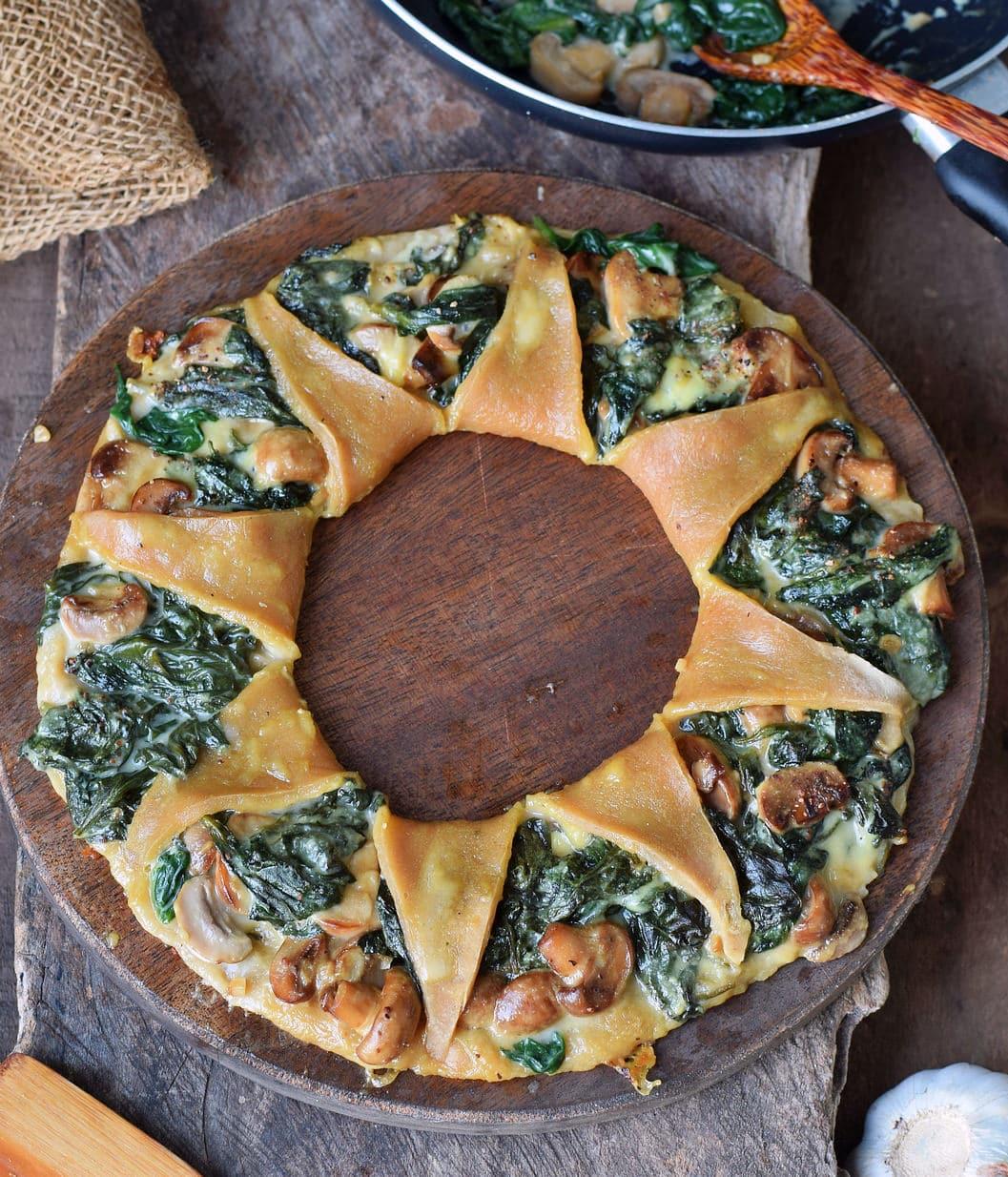 Glutenfreier Pizzakranz mit Spinat, Pilzen und veganem Käse