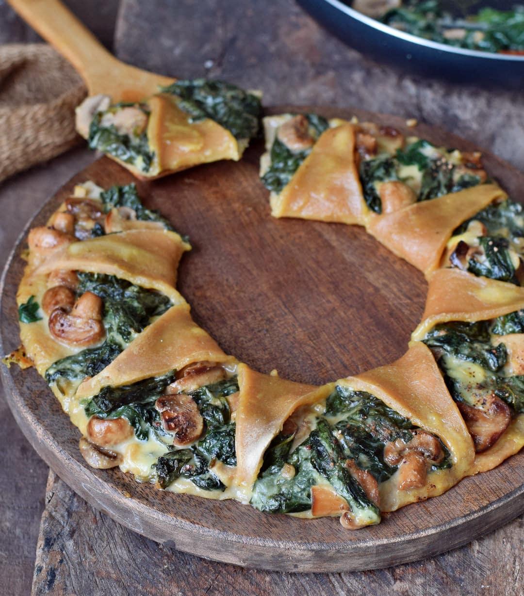 Nahaufnahme vegane Spinat Pizza Pilzen und Käse