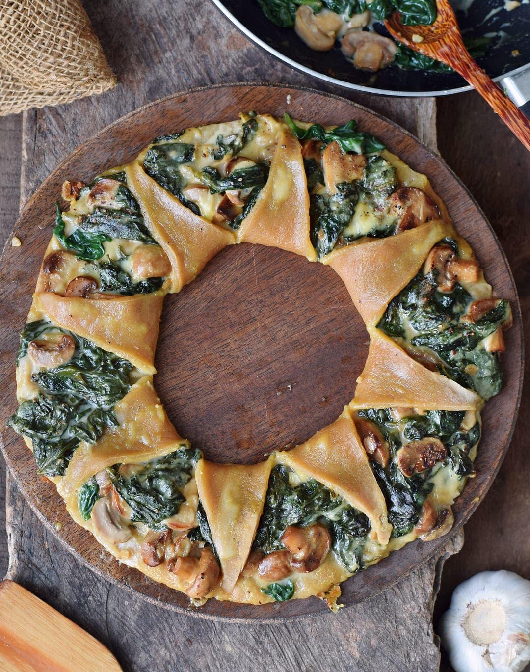 Pizzakranz (Pizza Corona) mit Spinat Pilzen und veganem Käse