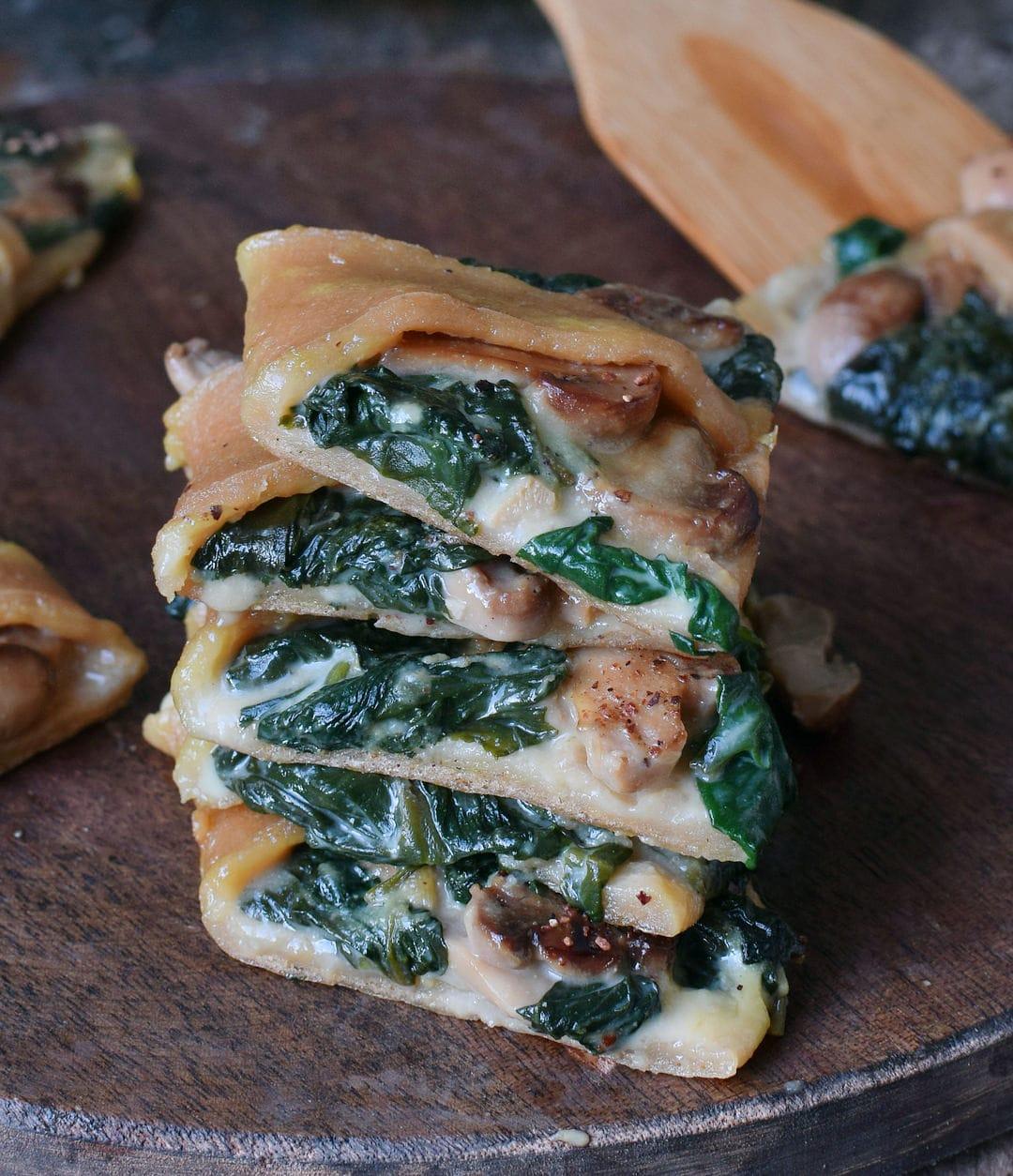 Pizza Stapel mit Spinat Pilzen und veganem Käse